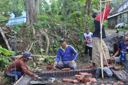 Pembangunan Poskamling Permanen Dusun Sidomakmur